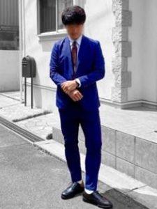 ブルーのスーツ 男性