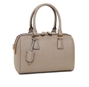 グレーの革のバッグ