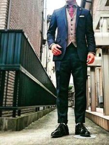 ダーク色のストライプスーツ 明るいベスト 男性