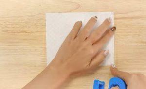 折り紙にセロテープを貼る