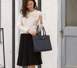 ネイビーの革のバッグ 女性