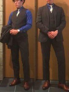 黒のスーツ 濃いブルーのシャツ 男性