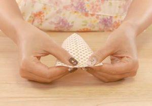 折り紙を筒状にして先を潰す