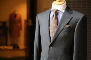 グレーのスーツ 水玉のネクタイ ストライプのシャツ メンズ