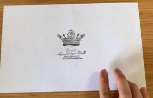 中央にスタンプを押した白い紙