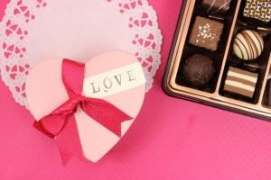 ハート型のプレゼントとチョコレート