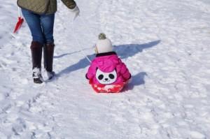 子供 雪 ソリ