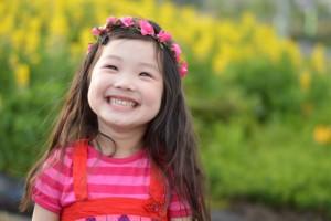 女の子 花かんむり 笑顔