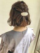 ショート 髪型 女性 編み込みハーフアップ