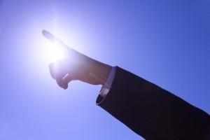 太陽 青空 空高く指をさす