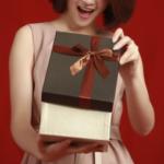 プレゼントを見て驚く女性