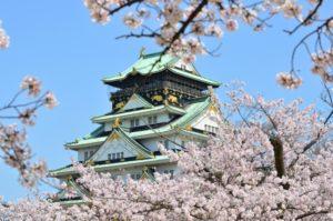 青空と大阪城と桜