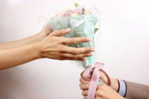 女性へ花束を渡す男性