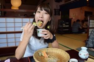そばを食べる女性