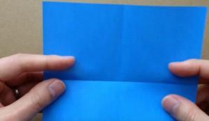 折り紙に折り目を入れる