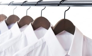ハンガーに掛けられた白のYシャツ