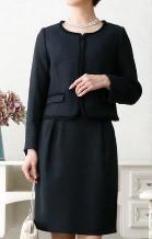黒のノーカラースーツ パールのネックレス 女性