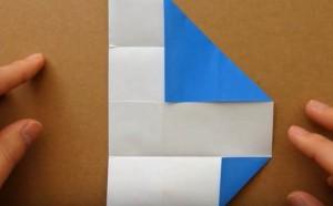 折り目を付けて広げた折り紙 内側に三角形に折り込む