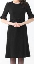 黒のシンプルワンピース 五分丈の袖