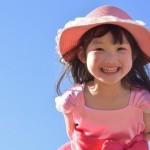 麦わら帽子をかぶった女の子
