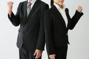 スーツを着た男女 がんばれポーズ