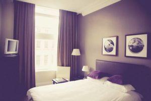 ホテルの部屋とベッド