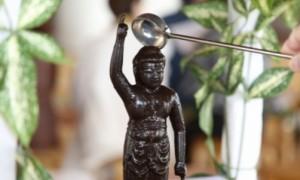 お釈迦様の像に甘茶をかける