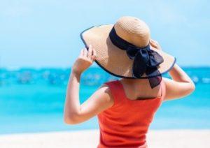 麦わら帽子をかぶった女性 海