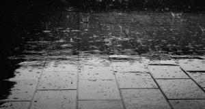 地面に降り注ぐ雨