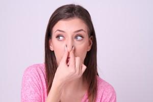 鼻をつまむ外国人女性