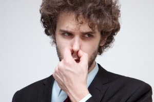 鼻をつまむ外国人男性