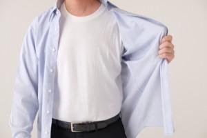 シャツの前を開いた男性