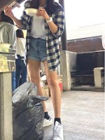 短パン スニーカー シャツ羽織り 夏コーデ 女性
