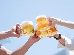 青空の下でビールで乾杯