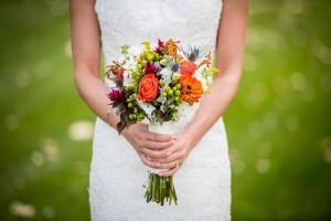 花束 白いドレス 女性
