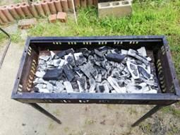 バーベキュー コンロに残った炭