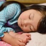 子供が寝ない原因と対処法。眠らない理由は運動量や起床時間?