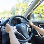 車のエアコンフィルター交換時期や費用。掃除方法や効果は?