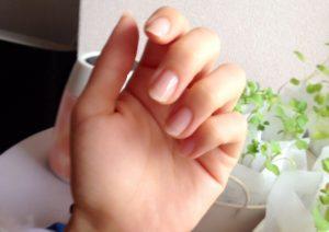 女性の手 爪