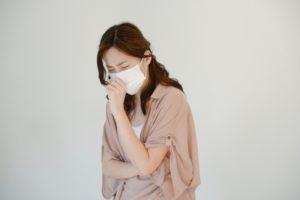 風邪 マスク 咳をする女性