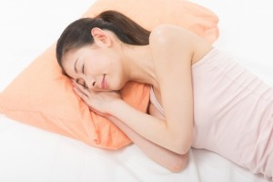 女性 枕 寝る