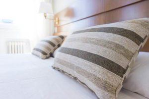 ホテルのベッドと枕