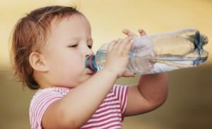 ペットボトルを飲む赤ちゃん