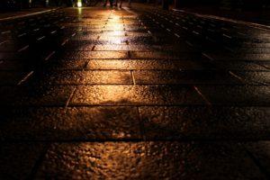 水に濡れている道 夜