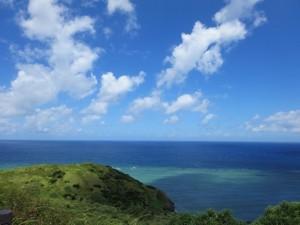 広い青空と広く蒼い海