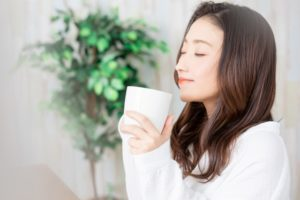香りを楽しみながらお茶を飲む女性