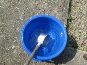 バケツに入った水 柄杓