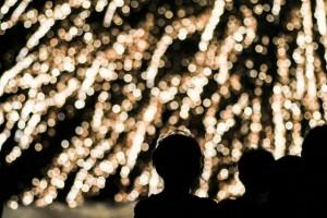 打ち上げ花火を見る人たち