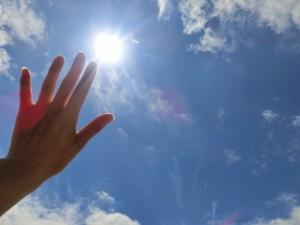 太陽 手をかざす