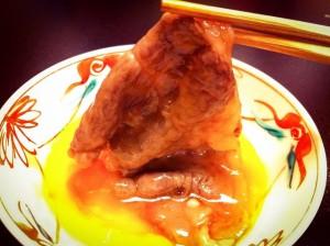 生卵にからめたすき焼きのお肉